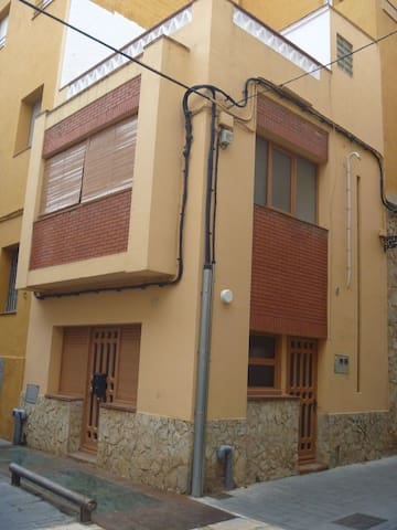House in the town centre. To 2 minutes by foot to the Market Square and to 5 minutes to th - Sant Feliu de Guíxols - Huis