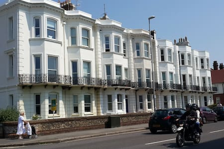 Roomy Apartment a stones throw from the beach - Worthing
