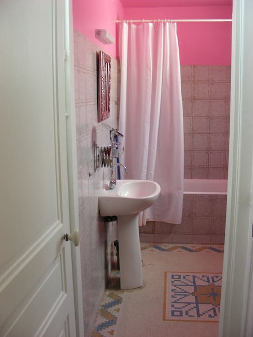 Une salle-de-bains...rose