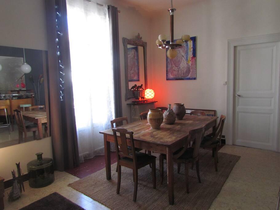 Grande table pour recevoir et échanger autour d'un repas. Possibilité dégustation Vins Languedoc Roussillon, PIC ST LOUP, Cépages divers
