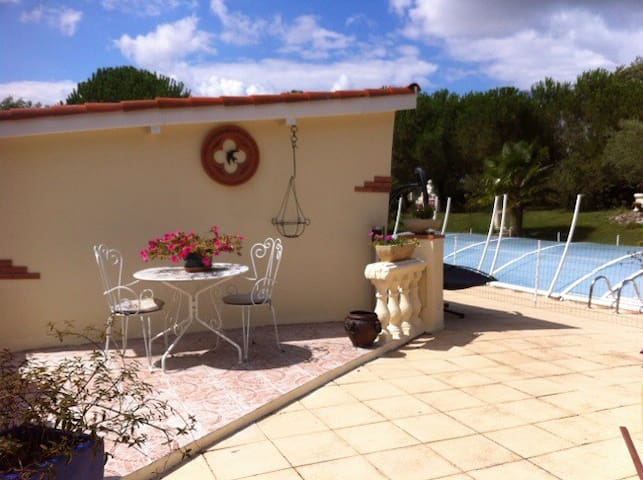 Charmante maison avec piscine - Empeaux - House