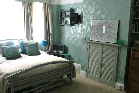 Spacious double bedroom. - Bath - Bed & Breakfast
