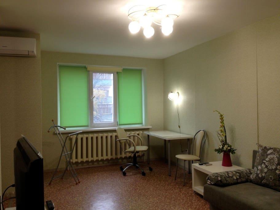 Рабочий стол и офисное кресло у окна