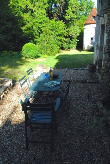 Coin terrasse avec vue sur le pigeonnier