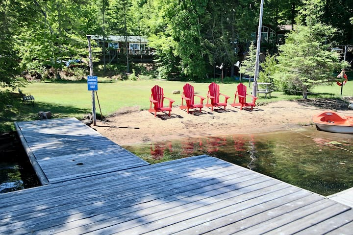Private Lake Front Cottage on Chandos Lake!
