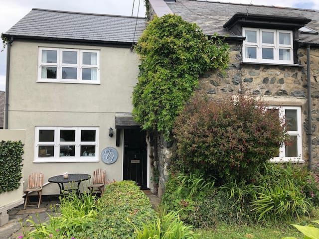 Llys Cof,  lovely stone cottage, near to the beach