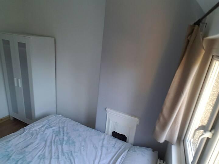 Single bedroom + ensuite in great house