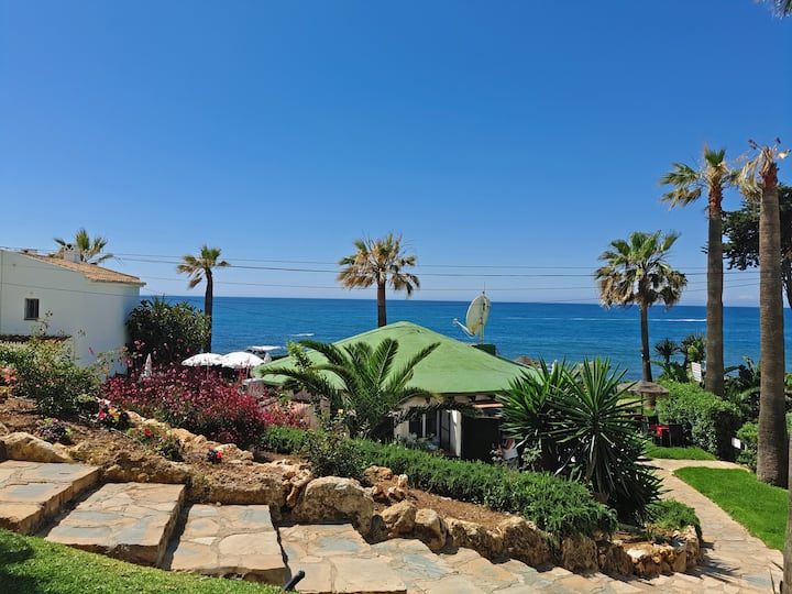 Modern stunning beachfront apartment