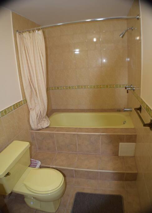 Baño completo  privado,    tina y  agua caliente