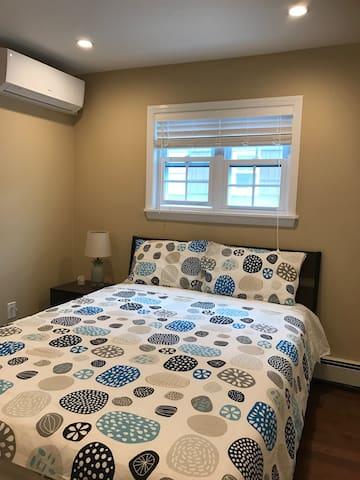 Modern Room w/ 1 Bed (5) - Oakland Gardens - Hus