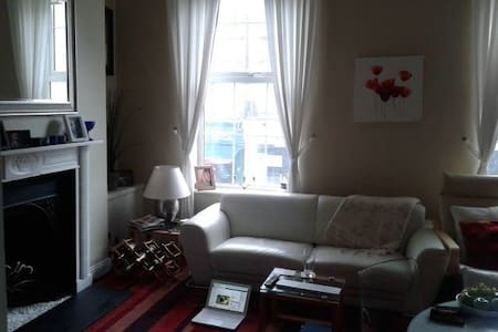 Private double room available for short time rent in one of the best locations in Dublin city. Next to Stephen Green park, 5min walk to Grafton street and 10-15min to temple bar.