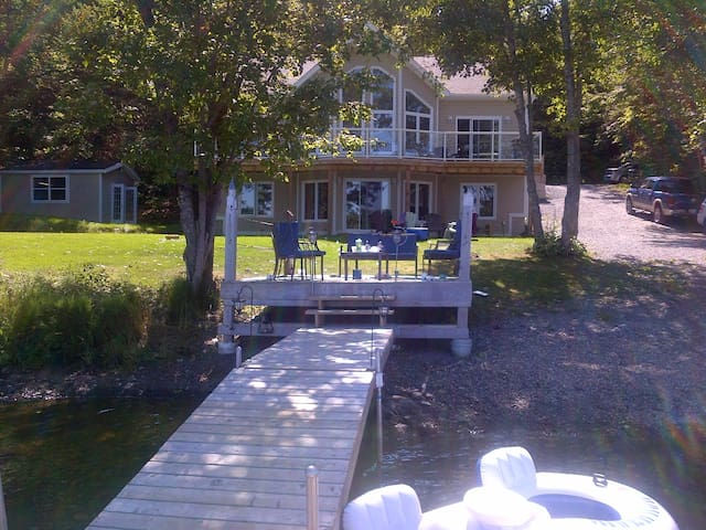 Luxury 3 BdrmHome on Lily Lake - Mount Uniacke - Casa