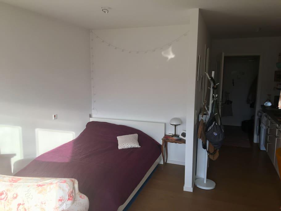 Kuschel dich ein in meinem 140x200m Bett mit großen Kissen und weichen Decken :)