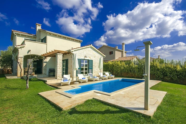 Beautiful Villa Lasici with pool