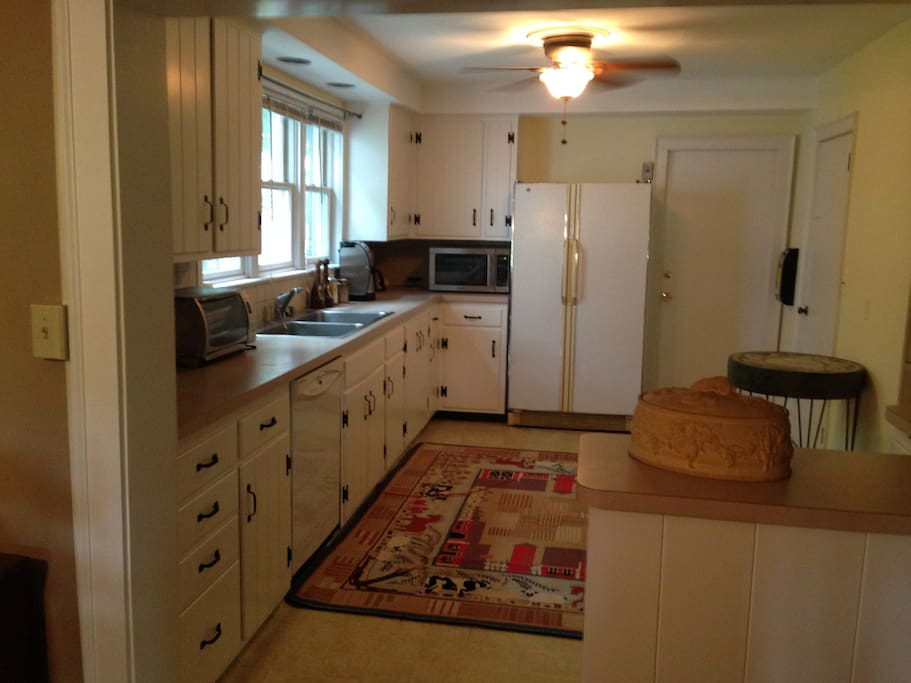 Country Kitchen - Fully Outfitted - New Gas Stove