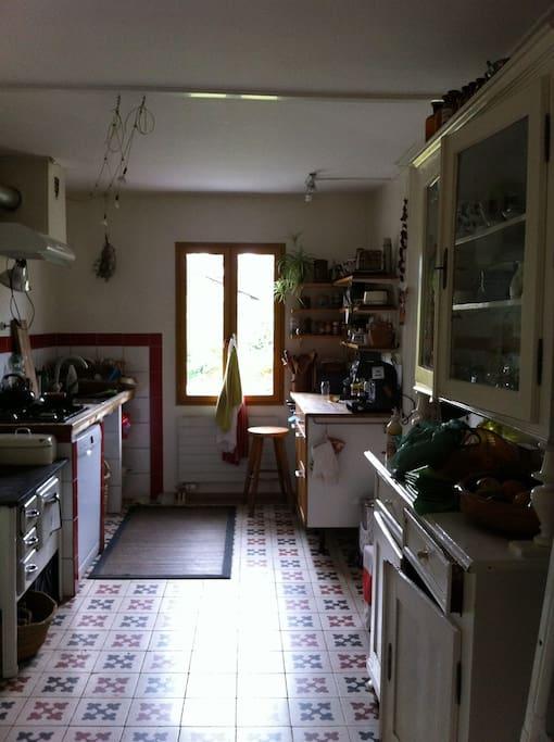 La cuisine, carrelage vieillot mais... lave-vaisselle ;-)  !!