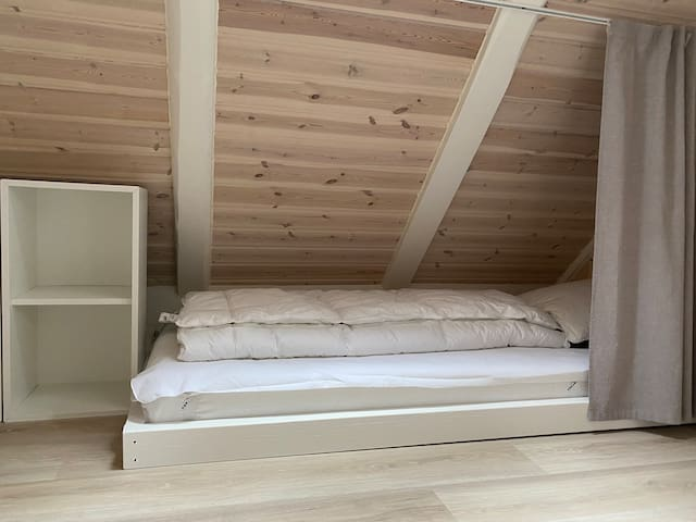 Room 2 : is in the attic hallway. Bed size : 80 x 190 cm.