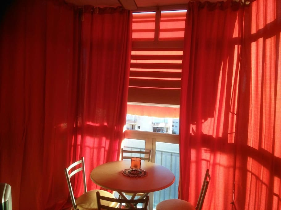 Terraza acristalada muy soleada , con toldo y cortinas