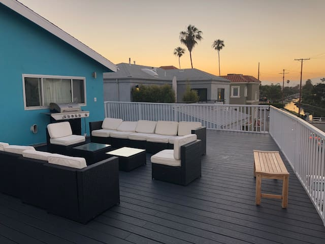 3BR Canal Apt Steps 2 Beach w/ Roof Top & Parking!
