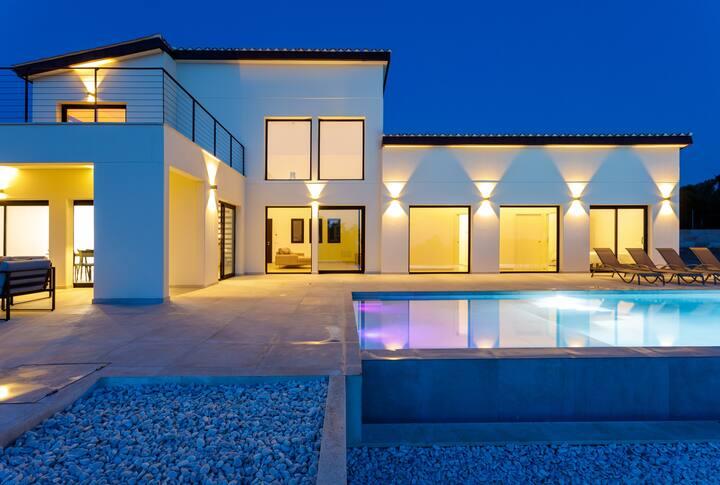 Espectacular villa con piscina y grandes vistas.