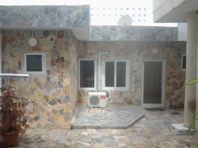 """Magnifique studio meublé aux """"Cocotiers"""" Haie-Vive - Cotonou - Apartemen"""