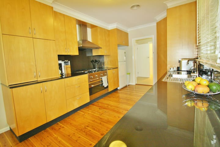 4 on Green - 3 bedrooms, 2 Bathrooms - Free WiFi