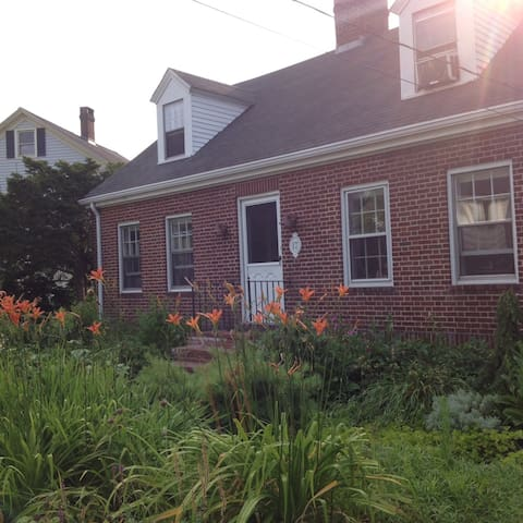 Room in 1930's Brick Cottage• Garden Charm - Portland - House