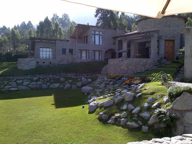 Castillo de piedras en la montaña - Huarochirí Province - House