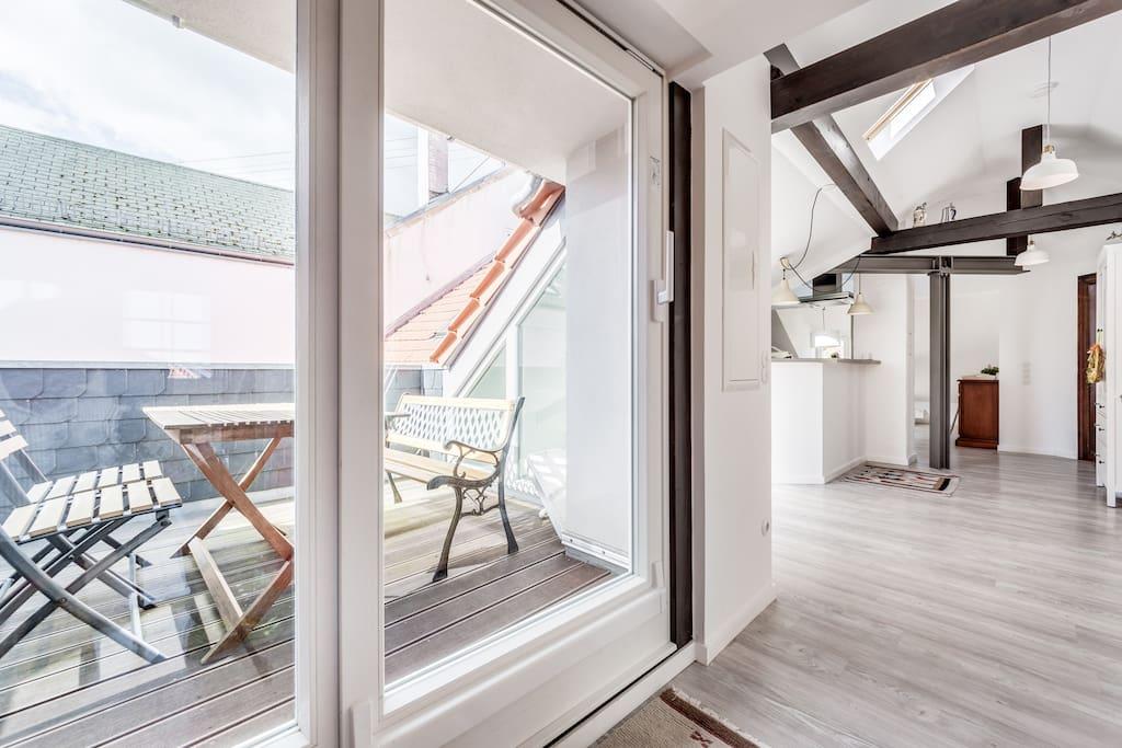 Unsere geschützte Dachterasse bietet genug Platz für alle Gäste