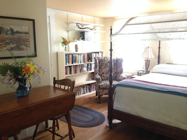 Charming & Private Studio Apartment on Seacoast