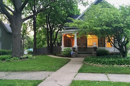 Charming Bungalow Close to Downtown - 羅克福德(Rockford)