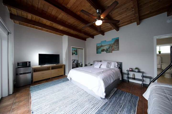 Poolside studio w/ king bed, full + twin bunk beds