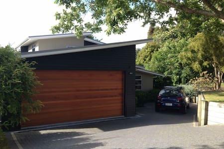 MODERN HOUSE ON AWANUI - Taupo