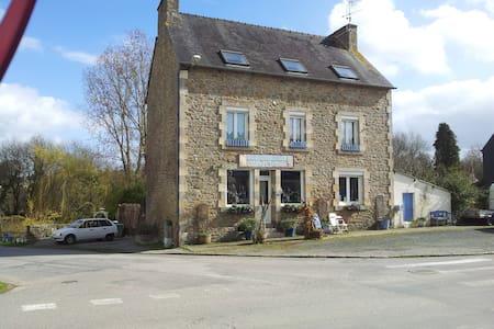 LE CHAT BLEU- former Railway hotel. - Plounévez-Quintin - Bed & Breakfast
