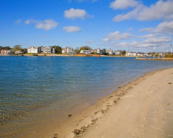Private Beach - Less than 1 minute walk - Less than 25 yards from the house