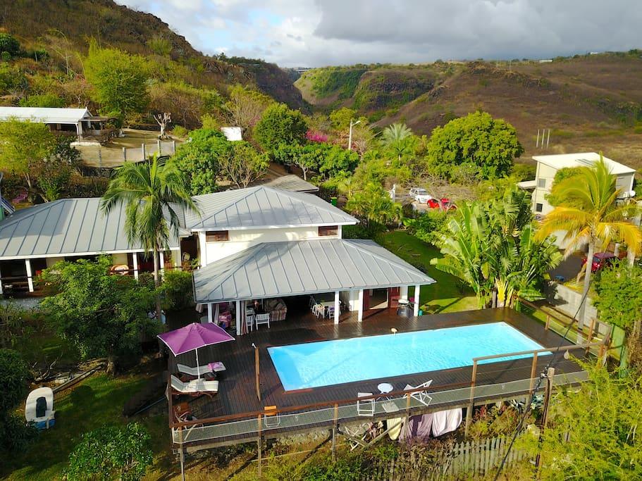 Grande villa de charme en bois et piscine vue mer houses for Piscine bois reunion
