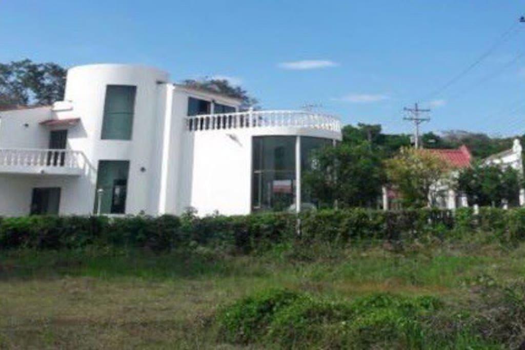 Fachada de la casa, la casa es de 3 niveles, tiene terraza y 2 balcones. La sala es de doble altura, con ventilador de techo
