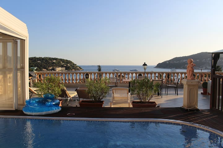 Villa avec piscine et vue panoramique sur la baie