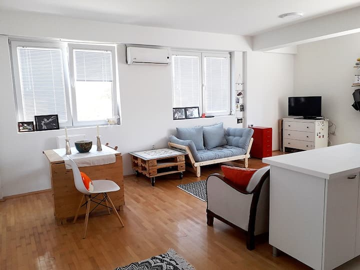 Bright and clean apartment, green and safe suburb