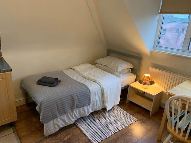 Flat 27, Cozy Single Studio Flat in Golders Green
