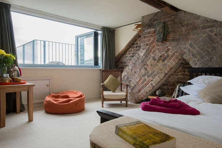 private seaview maisonette: loft+living rm+ensuite