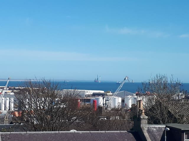 Bright double room in Aberdeen.