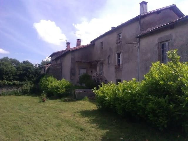 Maison dans village typique, monts de Blond