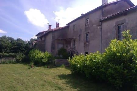 Maison dans village typique, monts de Blond