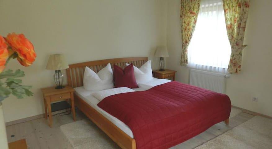 Appartement 1 - Schlafzimmer mit Doppelbett