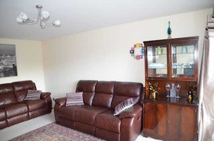 Spacious 3BR apartment with great links to city!