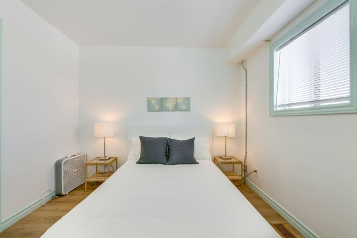 1 BR Contemporary Apt -right beside Subway station