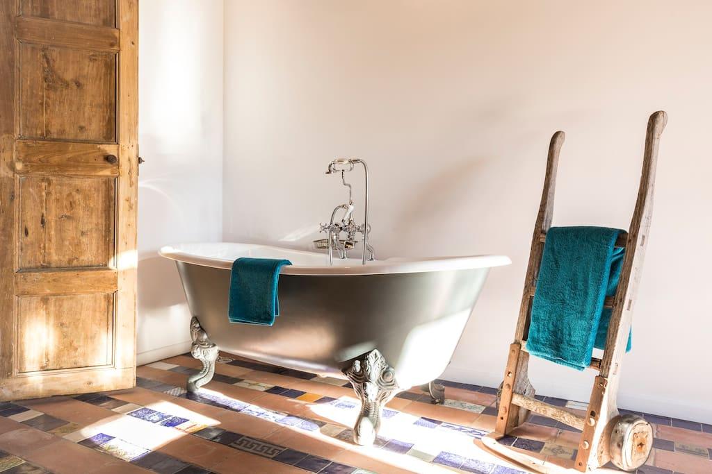 Charming en suite bathtub