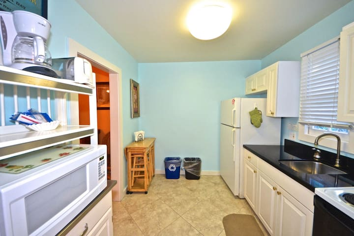Cute, dog-friendly cottage w/ patio - walk to shops, restaurants & nightlife!