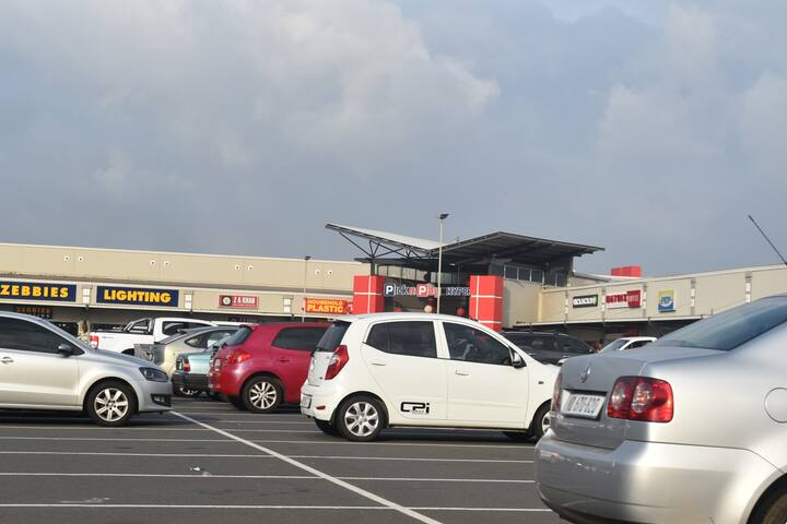 Arbour Crossing Shopping Centre - 800 m (1 min drive)